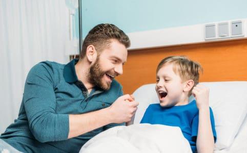 Kluk s otcem bojující s astma